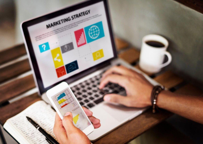 Estratégia de marketing sendo aplicada no notebook com links patrocinados