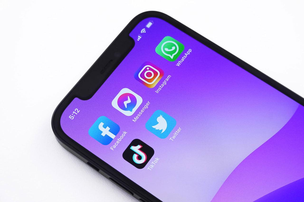 celular mostrando aplicativos na tela inicial